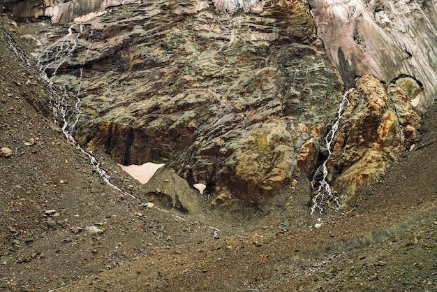 Contrafortes de geleiras gigantes. incrível relevo rochoso com neve e gelo. parede natural rochosa maravilhosa montanha enorme com pequenas cachoeiras. água da geleira. arte fantástica da natureza majestosa das montanhas.
