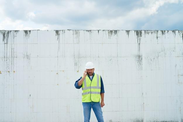 Contramestre da construção telefonando