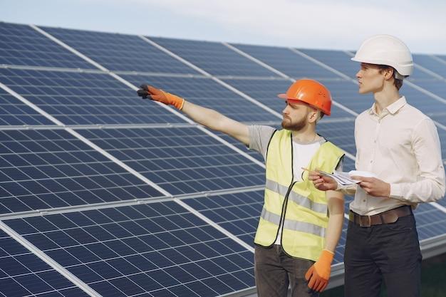 Contramestre e empresário na estação de energia solar.