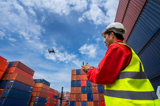 Contramestre pilotando drone no porto de contêineres