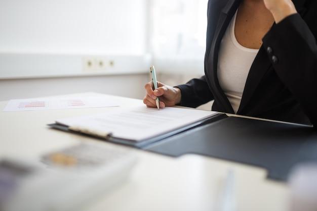 Contrato de assinatura de empresária