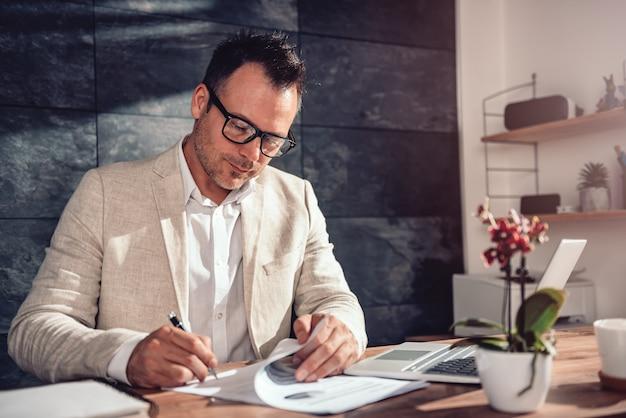 Contrato de assinatura do empresário