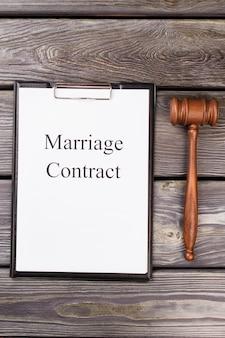 Contrato de casamento com martelo.