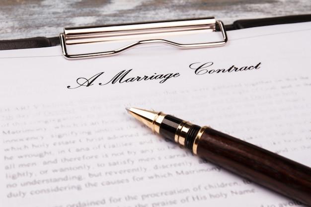 Contrato de casamento de close-up com caneta.