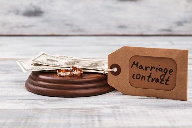 Contrato de casamento e alianças de casamento