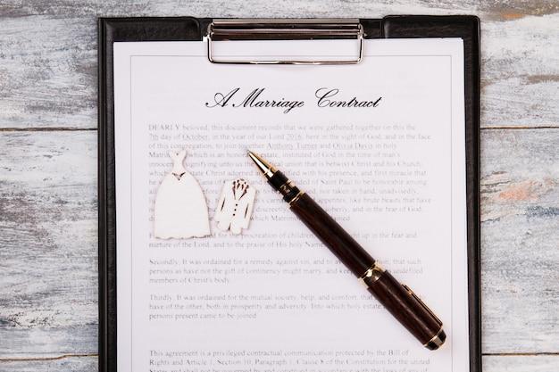 Contrato de casamento e caneta