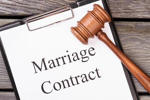 Contrato de casamento e martelo legal.
