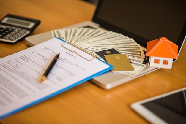 Contrato de hipoteca para a venda de imóveis com uma caneta e chaves de casa