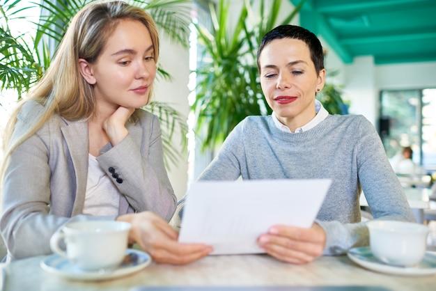 Contrato de leitura de duas mulheres de negócios