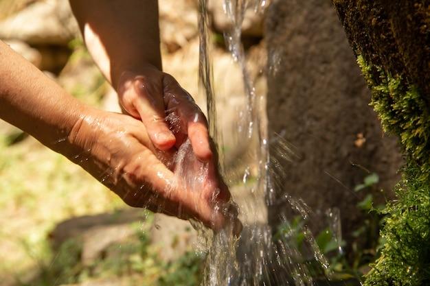 Controla a lavagem com água de uma fonte. saúde.
