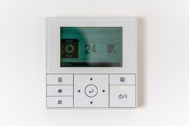 Controlador de ar condicionado na parede que mostra uma temperatura do ar de 24 graus