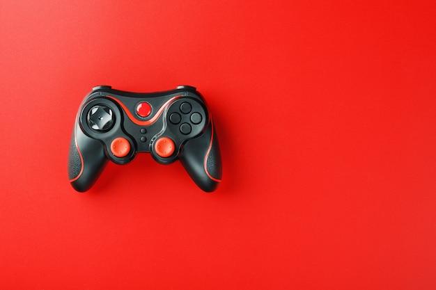 Controlador de controlador de jogo na superfície vermelha