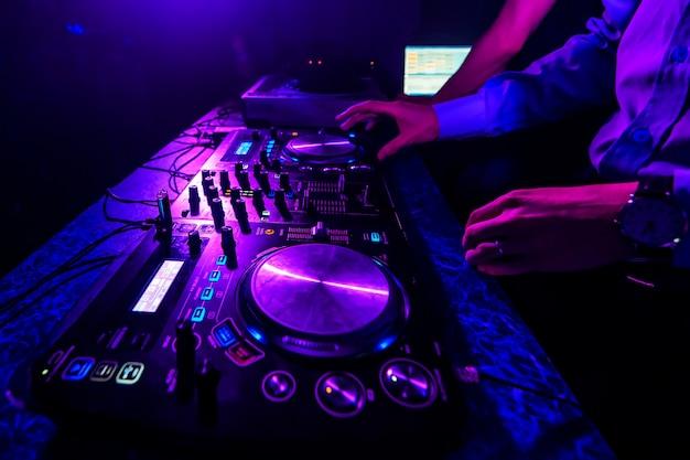 Controlador de dj e controladores de mixer na boate para discoteca