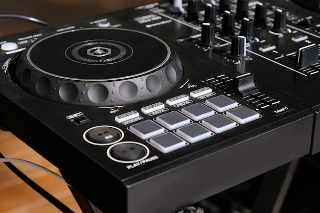 Controlador de dj mixer close-up.