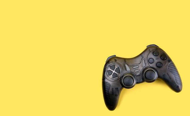 Controlador de jogos joystick isolado em amarelo.