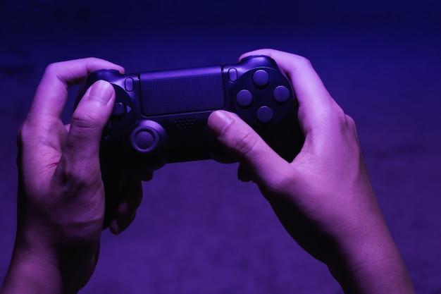 Controlador de mão do videogame à noite