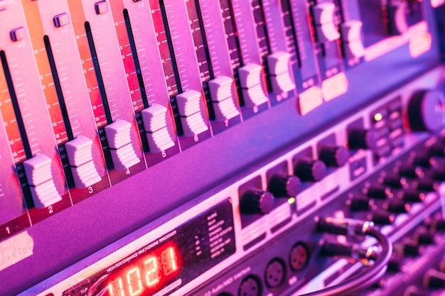Controlador de mixer de som com botões e controles deslizantes