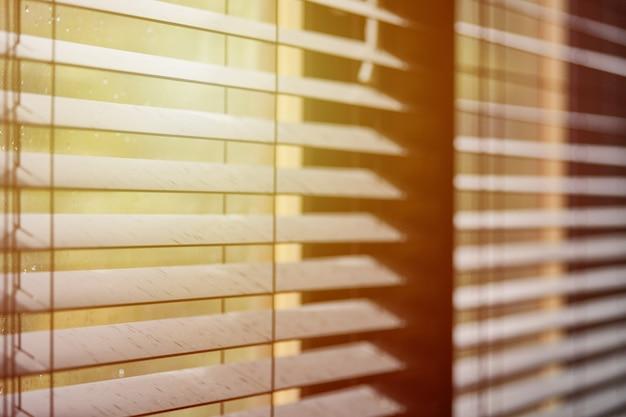 Controle da faixa de iluminação da sala de reuniões do escritório
