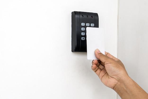 Controle de acesso de porta - jovem mulher segurando um cartão-chave para bloquear e destravar a porta., keycard