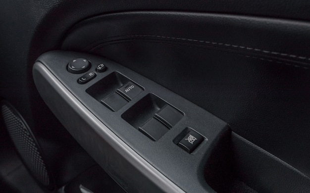 Controle de botão de janela automático dentro de lugar de motorista.