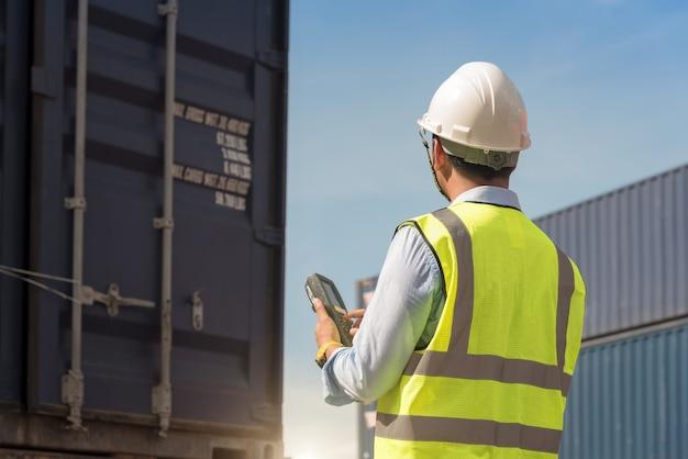 Controle de capataz carregando caixa de contêineres de carga