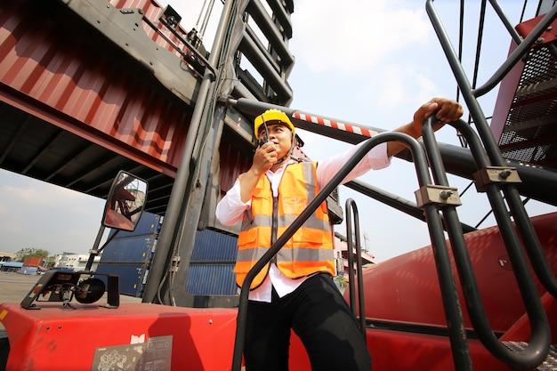 Controle de carga para contramestre caixa de contêineres do navio de carga para importação e exportação. trabalhador de armazém de contêiner.