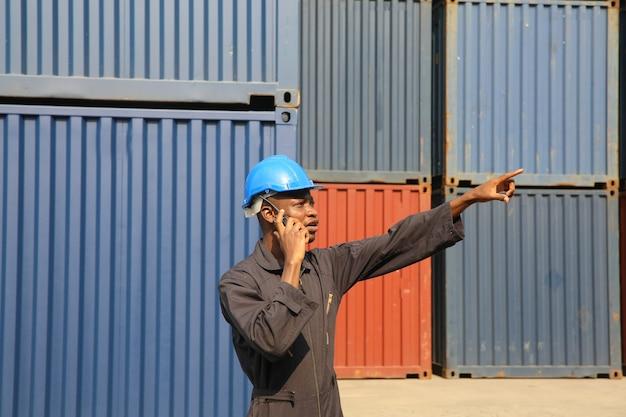 Controle de contramestre carregando caixa de contêineres do navio de carga para importação e exportação