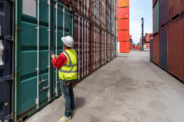 Controle de foreman carregando caixa de contêineres para caminhão