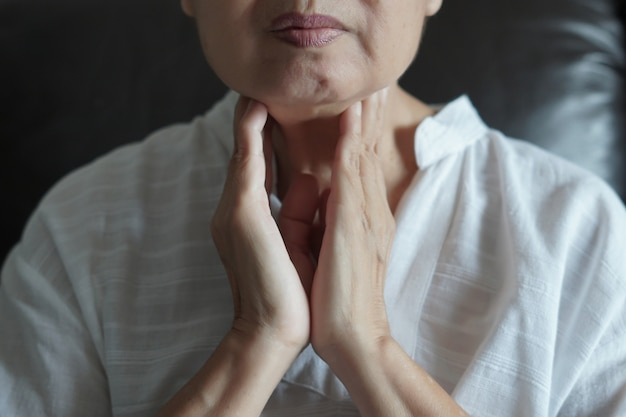 Controle de glândula tireóide feminino idoso