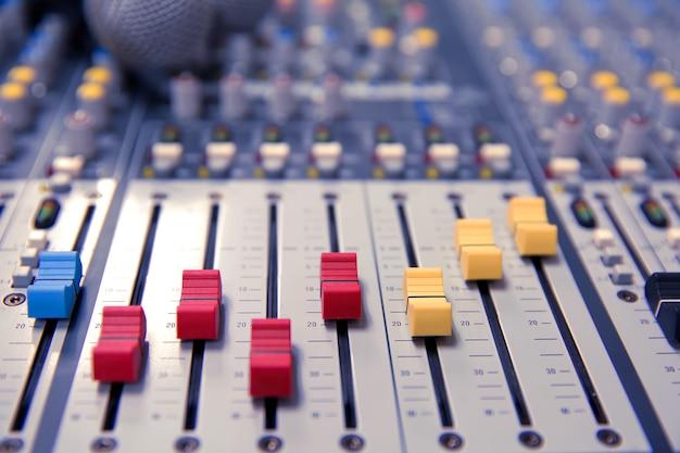 Controle de mixagem de som na sala de reuniões