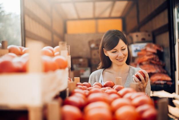 Controle de qualidade de alimentos. verificando a qualidade do produto. verificação de produtos importados antes das vendas.