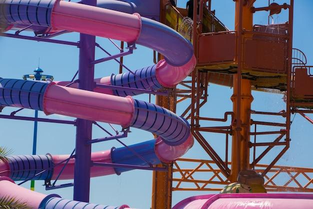 Controle deslizante e piscina no parque aquático no verão