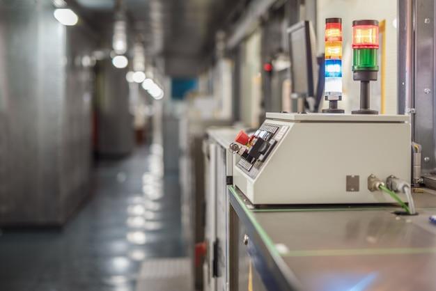Controle remoto da esteira na fábrica de automóveis. foco seletivo. interior industrial.