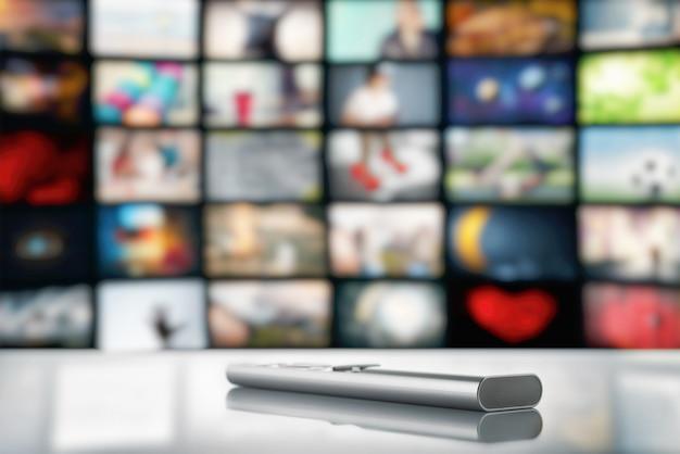 Controle remoto da tv no espaço de uma tela de tv grande