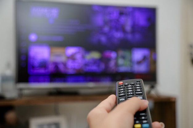 Controle remoto da tv para ligar e assistir séries e filmes