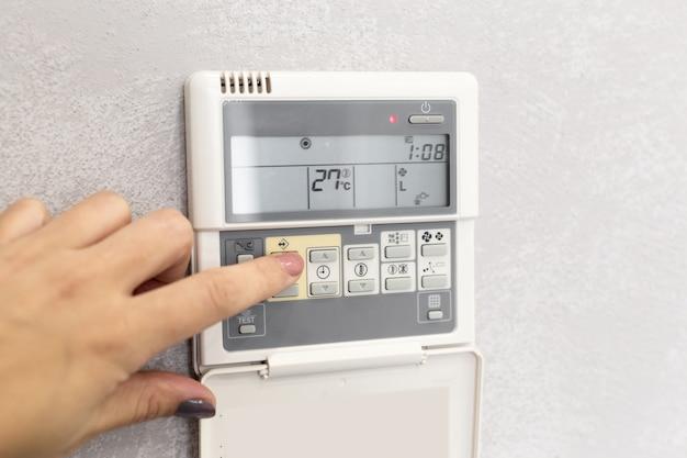 Controle remoto do ar condicionado em um quarto de hotel