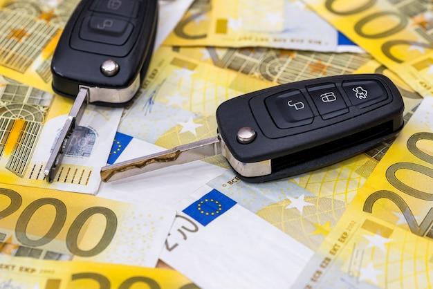 Controle remoto do carro em notas de euro