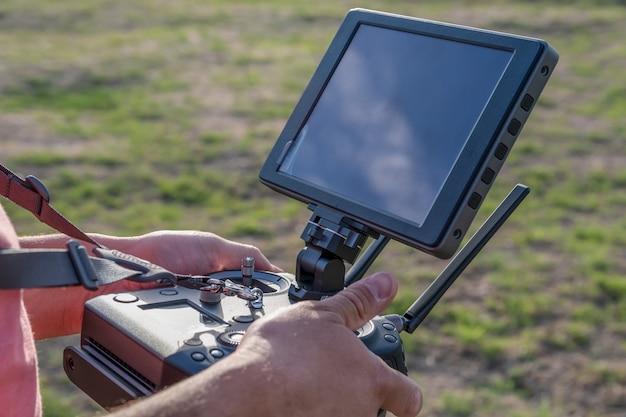 Controle remoto do drone na mão do homem. homem operando do drone voador