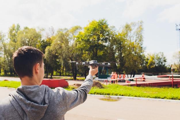 Controle remoto do zangão na mão homem. homem operando de voar drone.