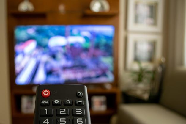 Controle remoto para mudar os canais de tv durante a quarentena de covid-19.
