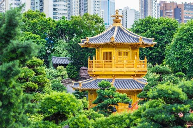 Convento chi lin e jardim nan lian. pavilhão de ouro da perfeição absoluta em nan lian garden no convento de chi lin, hong kong, china