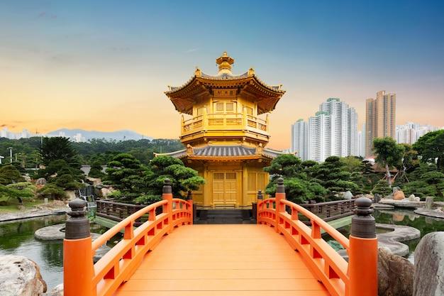 Convento de chi lin do jardim de nan lian, situado na colina de diamond, hong kong, china durante o pôr do sol