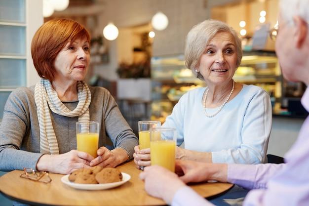 Conversa de amigos seniores