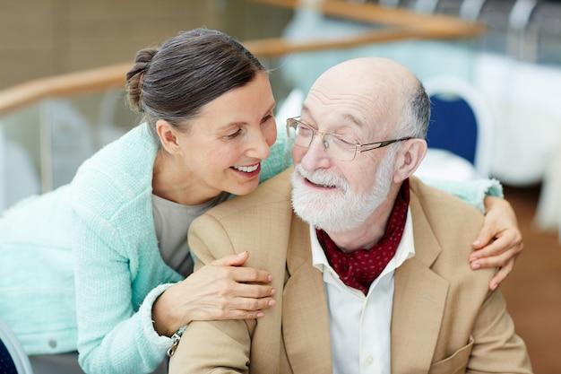 Conversa de casal de idosos
