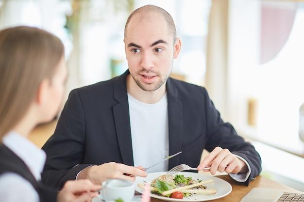 Conversa de negócios no almoço