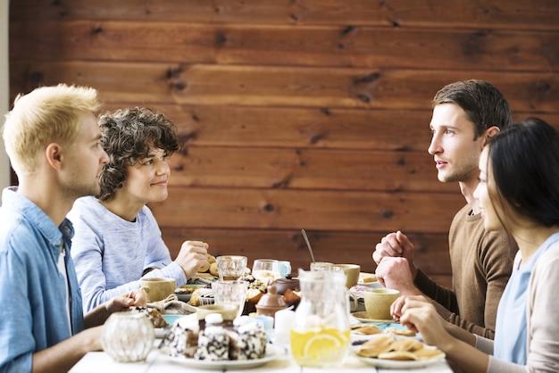 Conversa pela mesa festiva