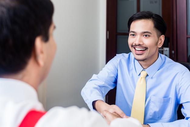 Conversa profissional subordinada a supervisor em prédio de escritórios