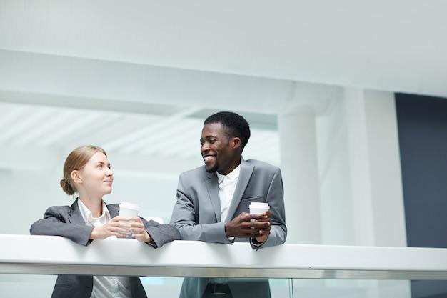 Conversando com um colega no office lobby