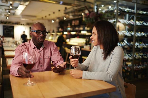 Conversando com um copo de vinho