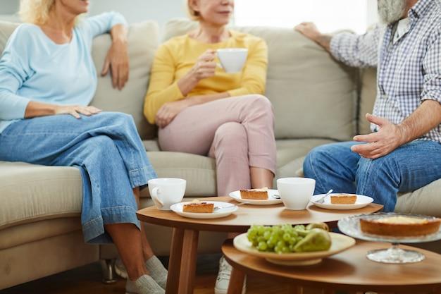 Conversando durante a festa do chá